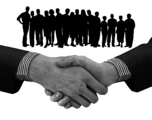 Zaměstnanci a potřesení rukou