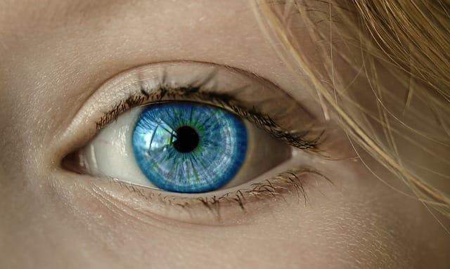 Nepřirozeně modré oko