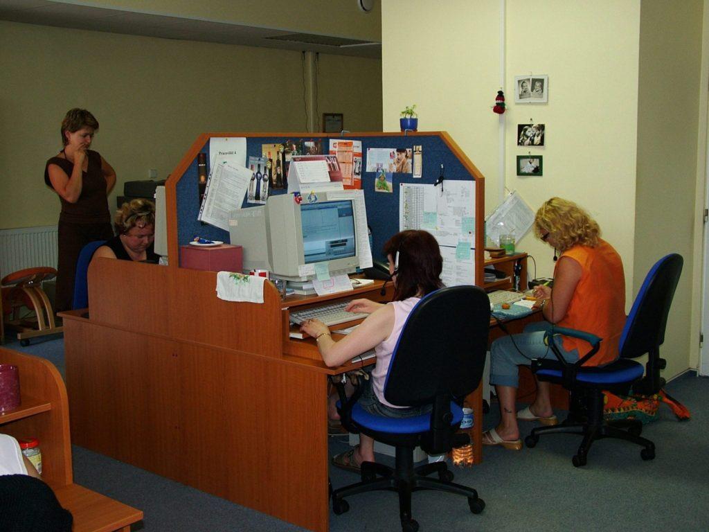 Ženy volající a zajišťující marketingové služby v kanceláři