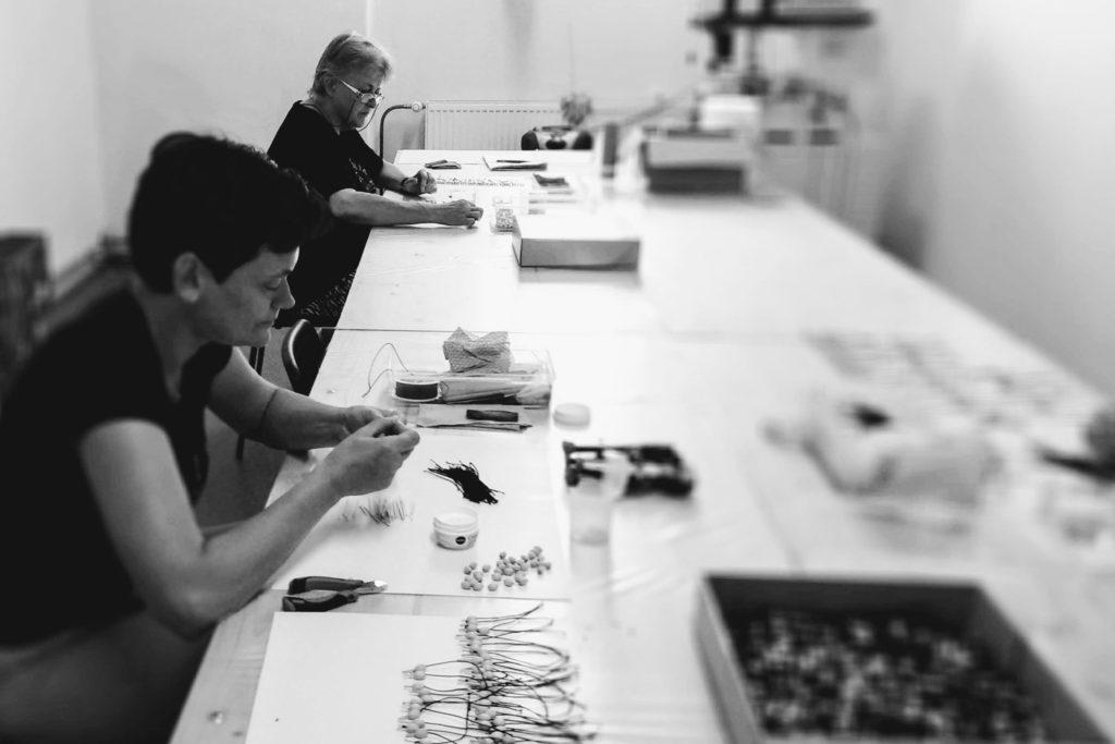 Dvě pracovnice v chráněné dílně, jak vyrábějí hračky