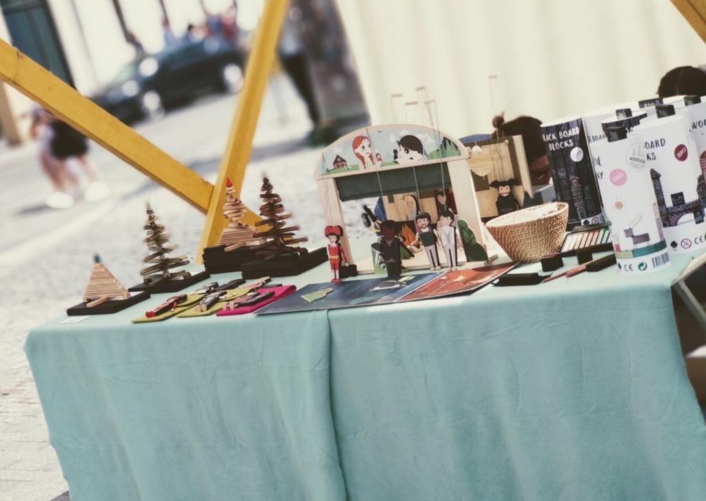Fotka loutkového divadla a produktů dílny, které prezentují na veletrhu.